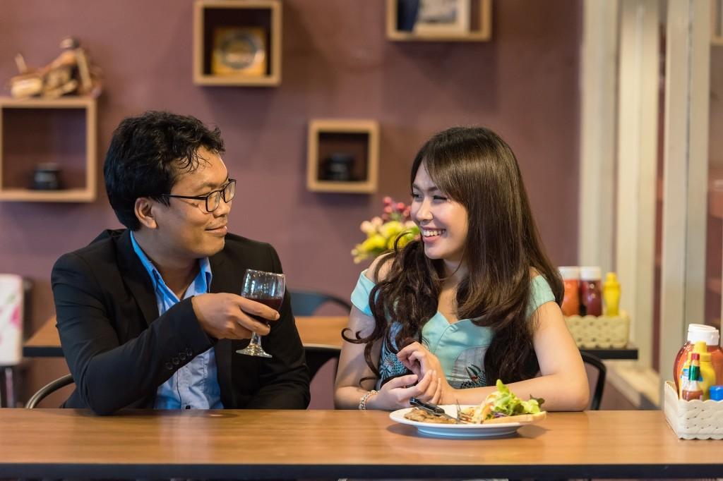 Una pareja hablando en un restaurante