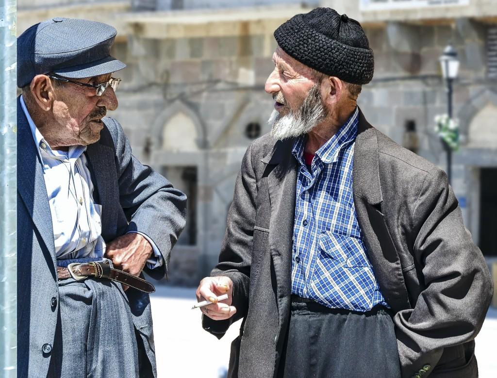 Conversación entre dos personas mayores