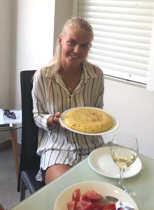 Spanish student with potato omelette who cooked in the workshop