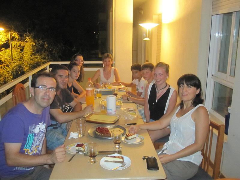 hostfamily having dinner with students of Spanish