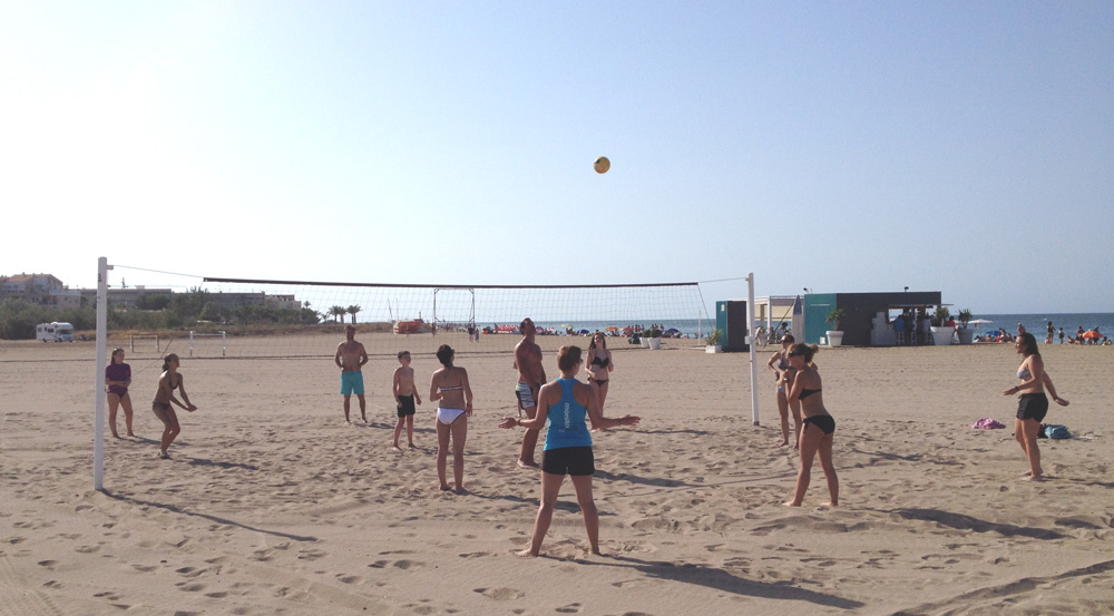 spanish course students playing volley