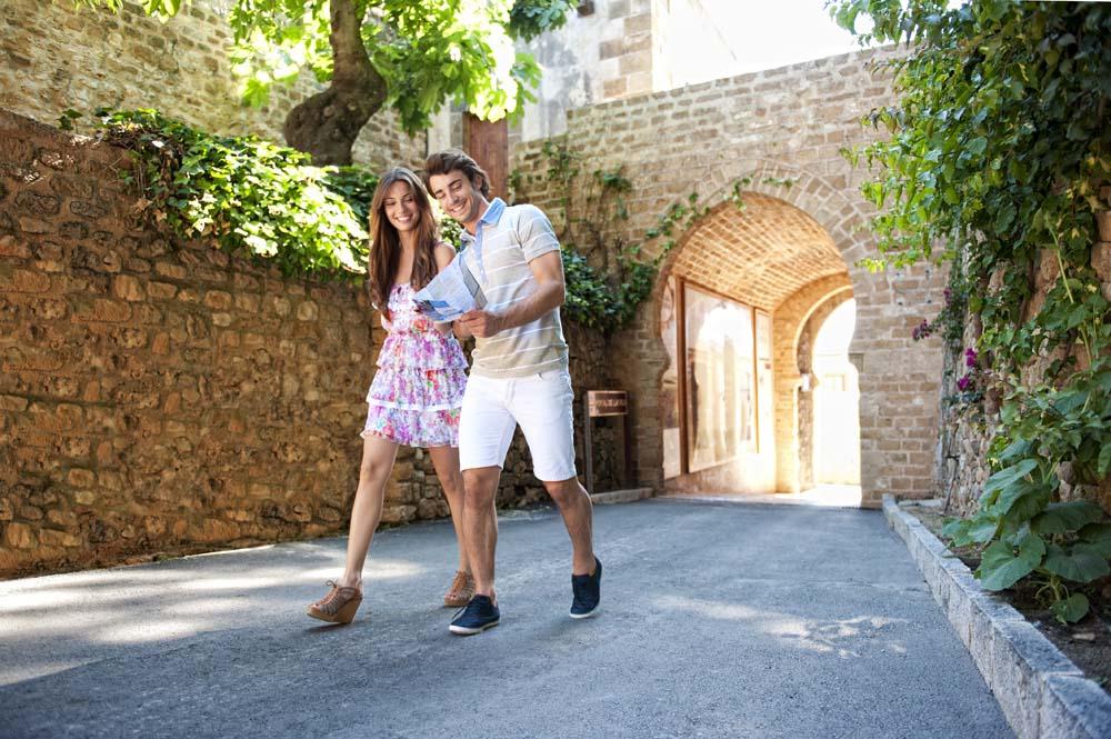 étudiants qui visitent le château de Dénia, costa blanca, en Espagne