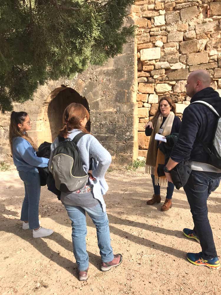 étudiants pendant l'activité visite du château de Denia en espagne