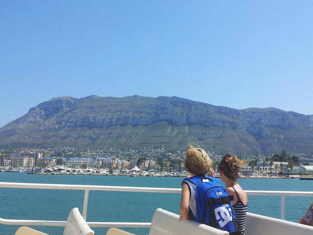 étudiants pendant l'activité visite en bateau de la costa blanca en espagne