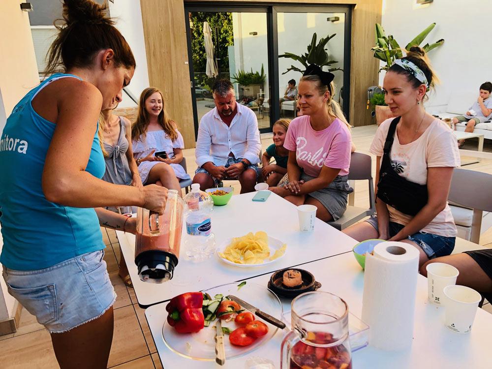 étudiants pendant l'activité gastronomie à denia en espagne