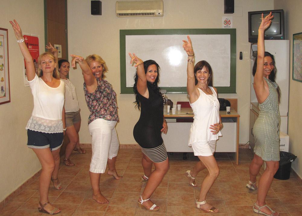 étudiantes qui dansent pendant l'activité salsa à denia en espagne