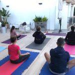 étudiants pendant l'activité yoga à denia en espagne