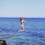 fille qui saute dans la mer de Dénia, costa blanca, en Espagne