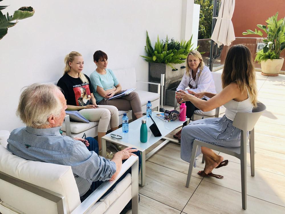 étudiants pendant un taller de conversation sur la terrasse de l'école tlcdenia en espagne