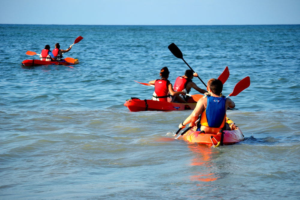 vodnaya progulka uchenikov shkoly ispanskogo na kayakah