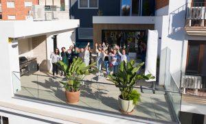 terrasse de l'école tlcdenia en espagne avec des étudiants