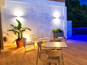 terrasse de l'école tlcdenia en espagne de nuit