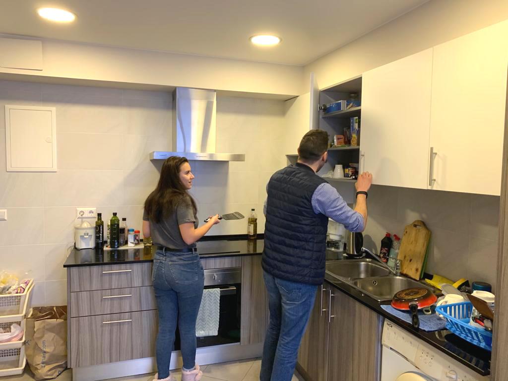 étudiants des cours d'espagnol en Espagne cuisinant dans l'appartement partagé de l'école à Denia en Espagne