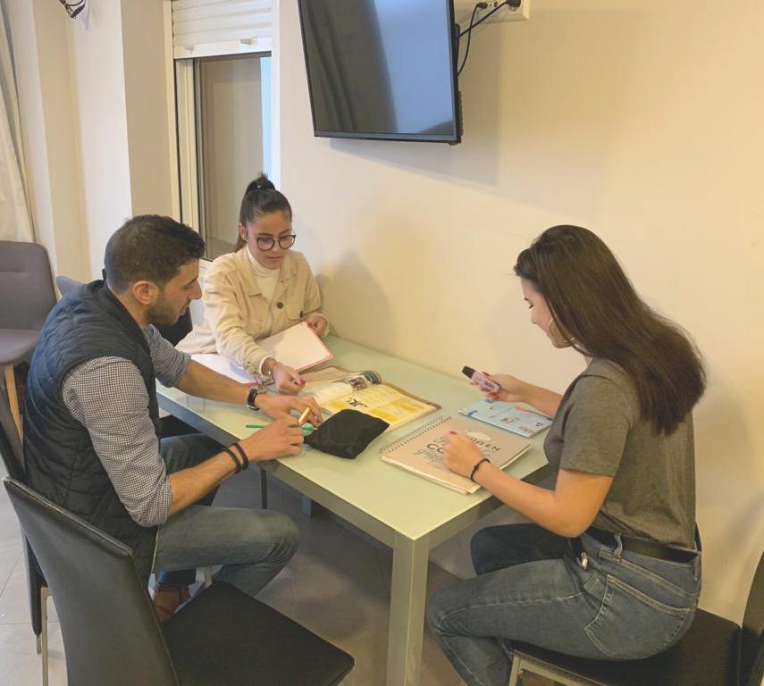 étudiants des cours d'espagnol en Espagne avec logement partagé apprenant l'espagnol dans le salon