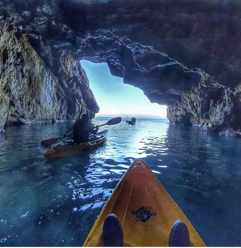 Etudiants en sortie kayak dans la grotte Cova Tallada