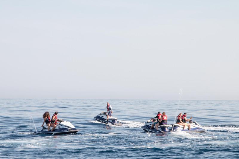 Etudiants en train de faire du jet ski apres les cours d'espagnol