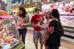 Studenti che praticano lo spagnolo nel mercato