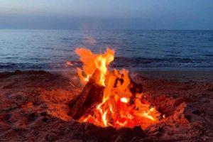 fuoco sulla spiaggia di notte di San Juan in Spagna